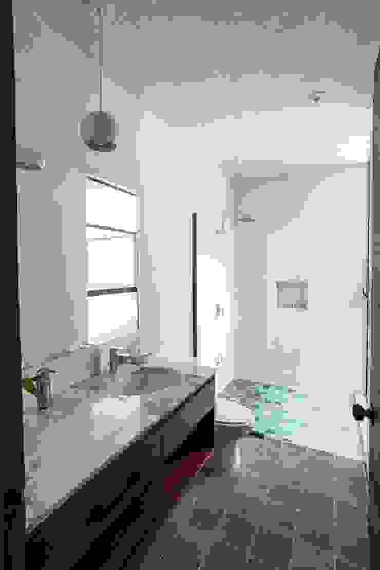 Modern bathroom by Taller Estilo Arquitectura Modern سنگ مرمر
