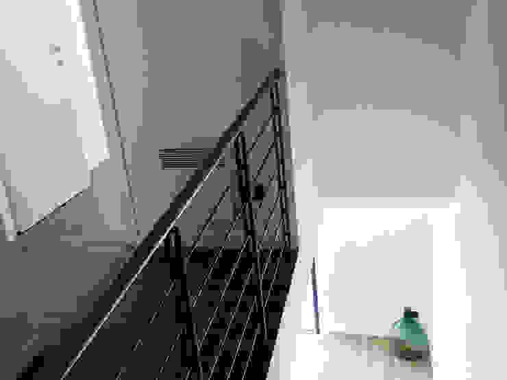 Scala Ingresso, Corridoio & Scale in stile moderno di Aulaquattro Moderno