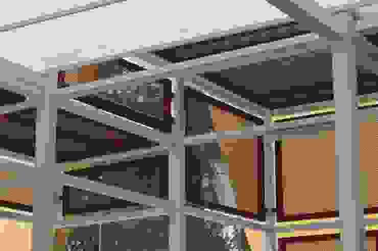 Cobertizo Colegio de La-Salle Balcones y terrazas industriales de Ensamble Arquitectura y Diseño Ltda. Industrial