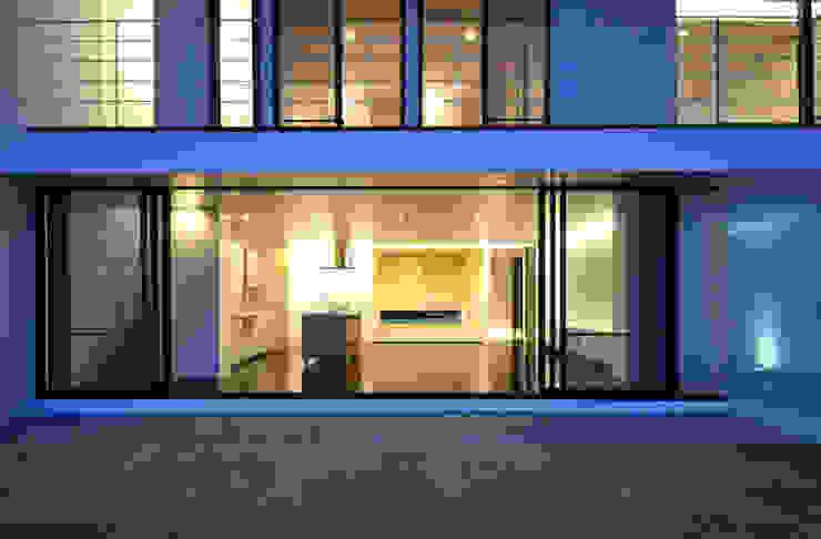 Puertas y ventanas modernas de 門一級建築士事務所 Moderno Aluminio/Cinc