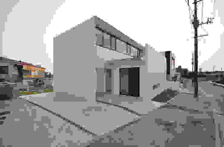 Casas modernas: Ideas, imágenes y decoración de 門一級建築士事務所 Moderno Hormigón