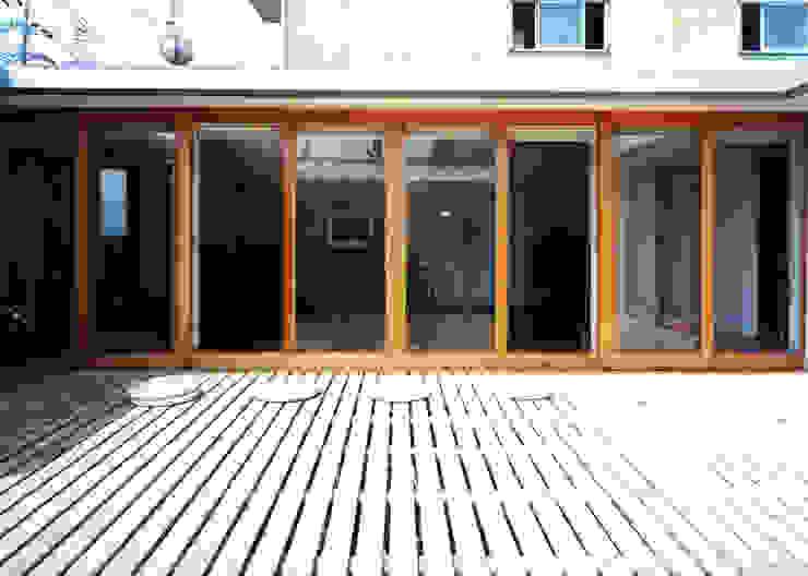 スノコの庭でソトメシ モダンな庭 の T設計室一級建築士事務所/tsekkei モダン