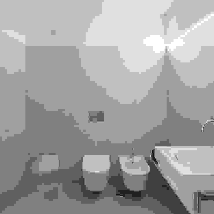 Casa de Banho: Casas de banho  por Tiago do Vale Arquitectos,Eclético Cerâmica