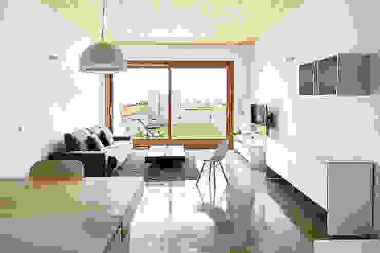 59RUT New house between dividing walls in the centre of Terrassa Phòng khách phong cách tối giản bởi Vallribera Arquitectes Tối giản