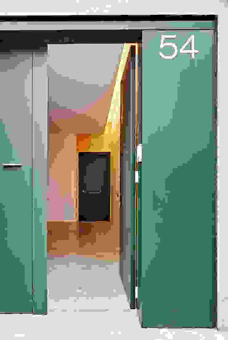 59RUT New house between dividing walls in the centre of Terrassa Minimalist garage/shed by Vallribera Arquitectes Minimalist
