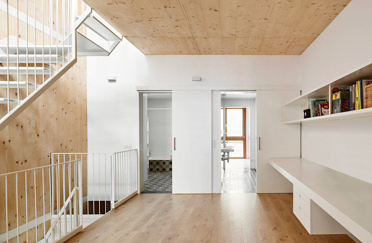 59RUT New house between dividing walls in the centre of Terrassa Minimalist study/office by Vallribera Arquitectes Minimalist