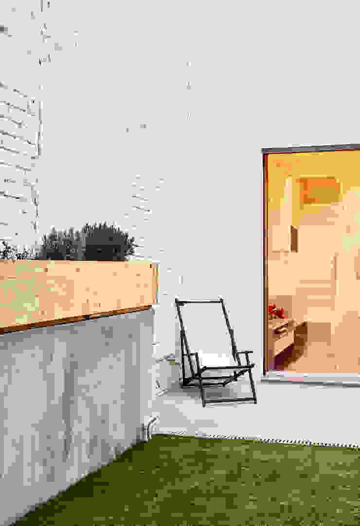 59RUT New house between dividing walls in the centre of Terrassa Minimalist style garden by Vallribera Arquitectes Minimalist