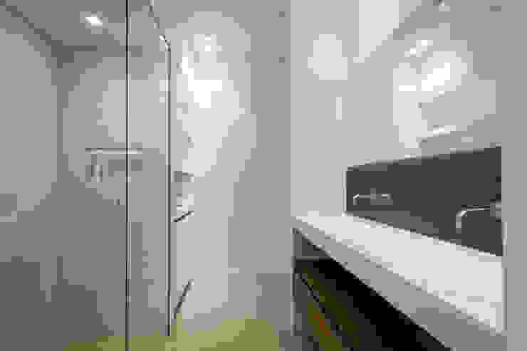 Badkamer, aangrenzend aan slaapkamer Moderne badkamers van Bob Romijnders Architectuur + Interieur Modern