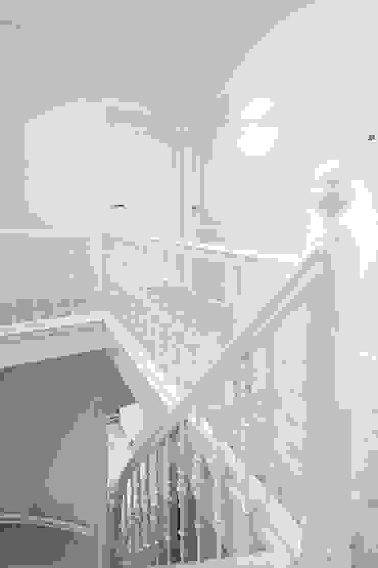 Hal met trap Moderne gangen, hallen & trappenhuizen van Bob Romijnders Architectuur + Interieur Modern