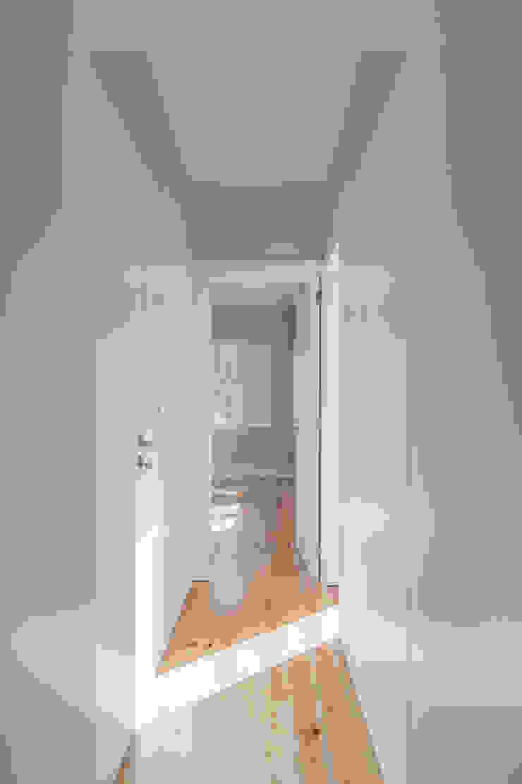 Corredor de acesso ao quarto Corredores, halls e escadas minimalistas por Pedro Ferreira Architecture Studio Lda Minimalista