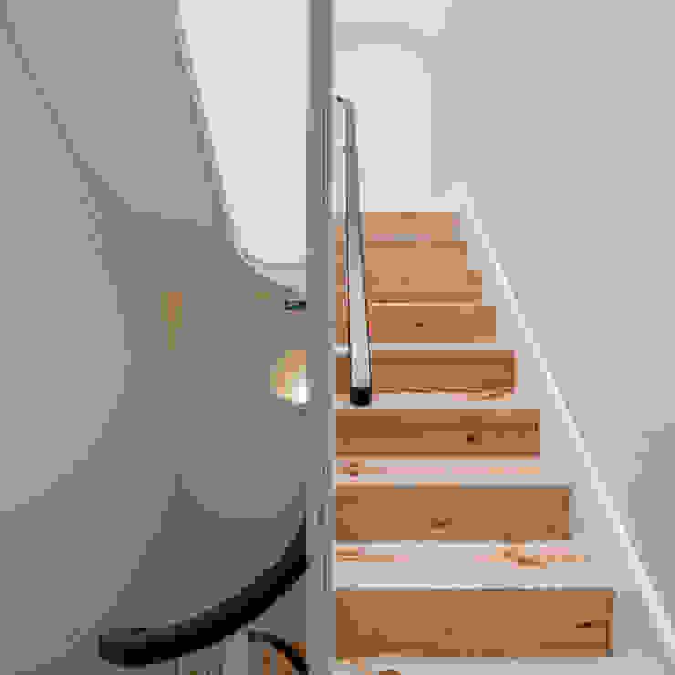 Minimalist corridor, hallway & stairs by Pedro Ferreira Architecture Studio Lda Minimalist