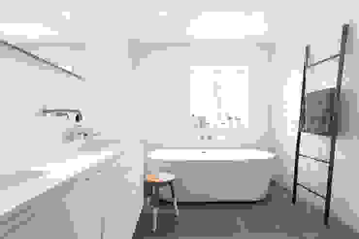 Scandinavian style bathroom by Bob Romijnders Architectuur + Interieur Scandinavian