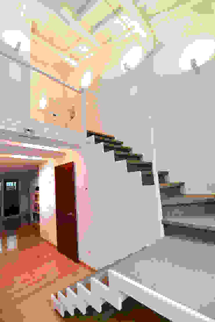 Moderne gangen, hallen & trappenhuizen van Studio Fori Modern