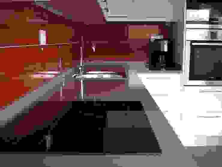Remodelação de Cozinha - Apartamento por ARCUCINE - Cozinhas e Equipamentos, Lda Moderno Quartzo
