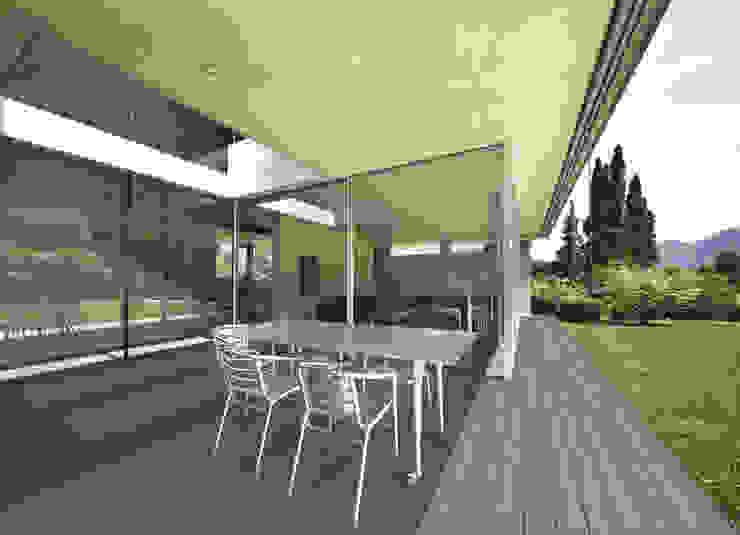 La propiedad absorbente de NovaDeck evita que los líquidos se filtren y sean almacenados en el material. Jardines de estilo moderno de FORMICA Venezuela Moderno