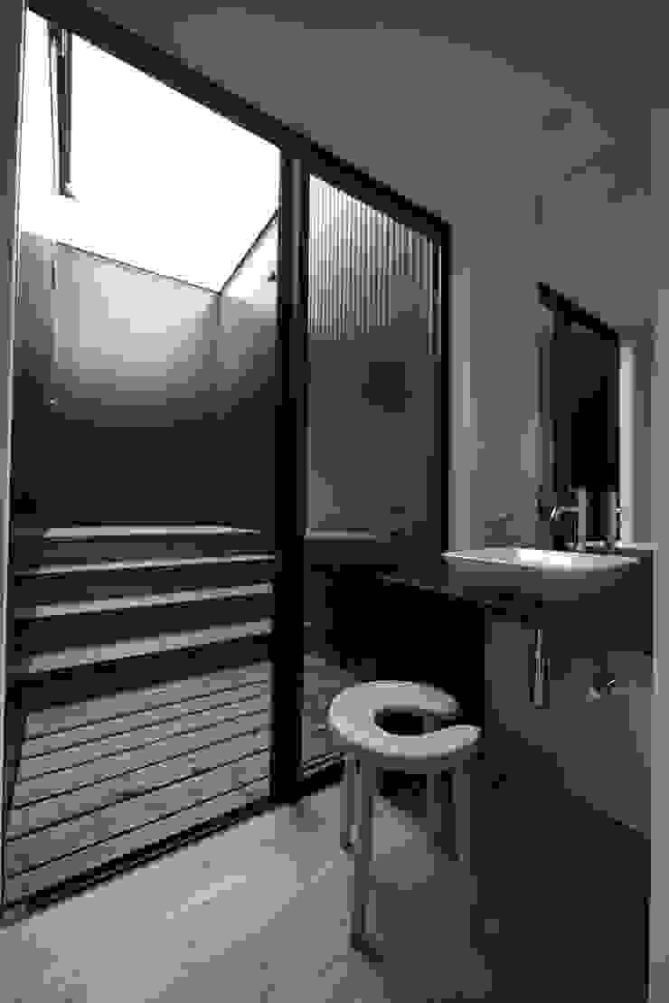 「 Real & Simple 」という家 モダンスタイルの お風呂 の TKD-ARCHITECT モダン