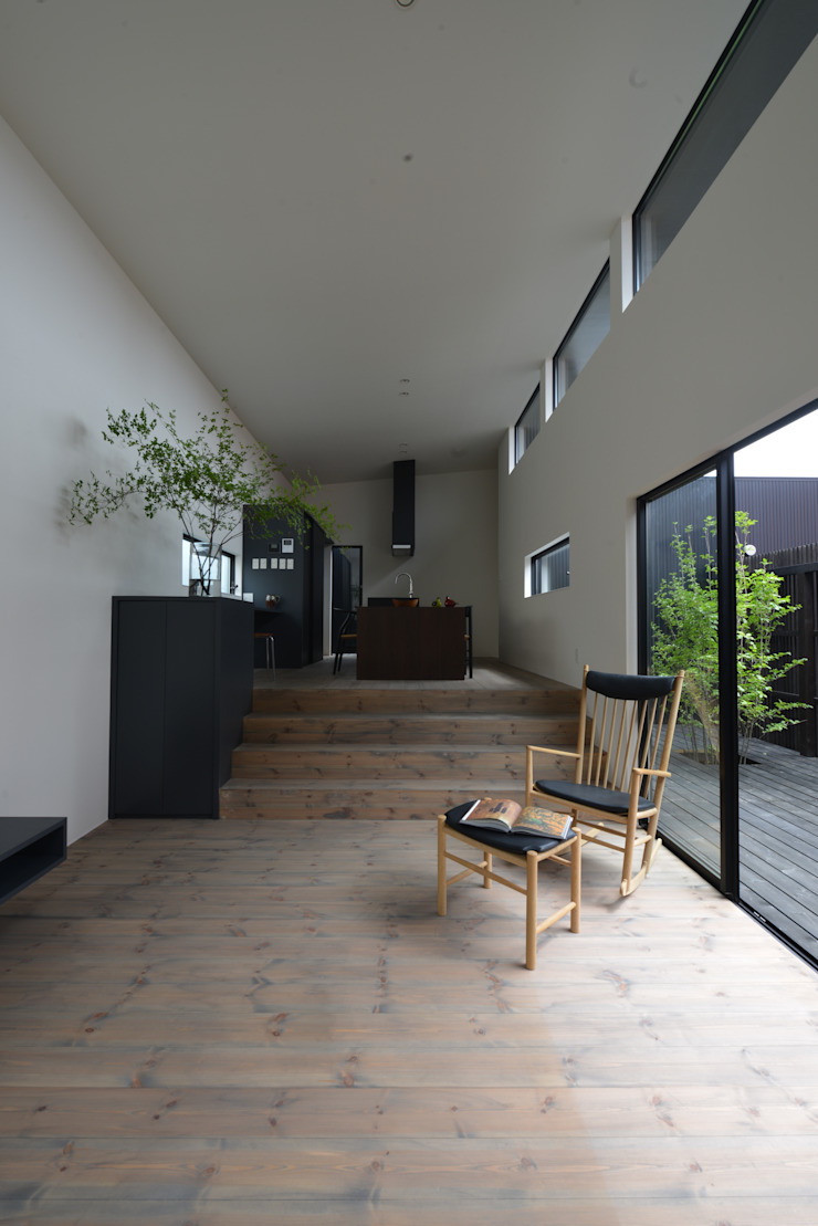 「 Real & Simple 」という家 モダンデザインの リビング の TKD-ARCHITECT モダン