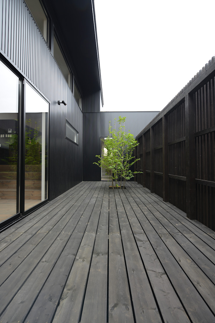 「 Real & Simple 」という家 モダンデザインの テラス の TKD-ARCHITECT モダン