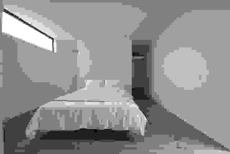 「 Real & Simple 」という家 モダンスタイルの寝室 の TKD-ARCHITECT モダン