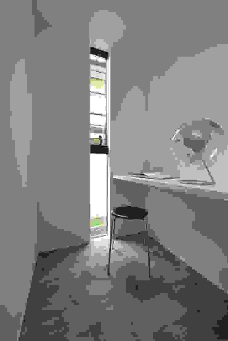 「 Real & Simple 」という家 モダンデザインの 書斎 の TKD-ARCHITECT モダン