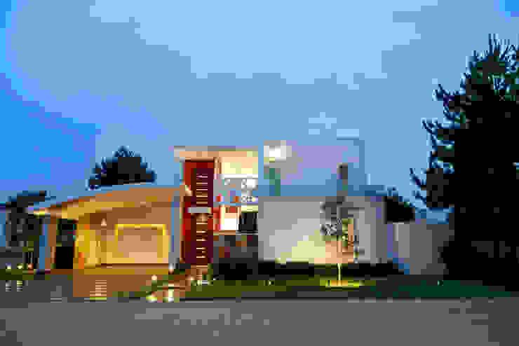 fachada principal Casas de estilo moderno de arketipo-taller de arquitectura Moderno