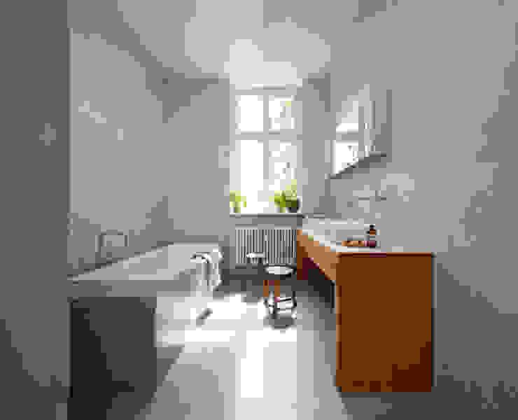 Bathroom by Britta Weißer Innenarchitektur, Minimalist Concrete