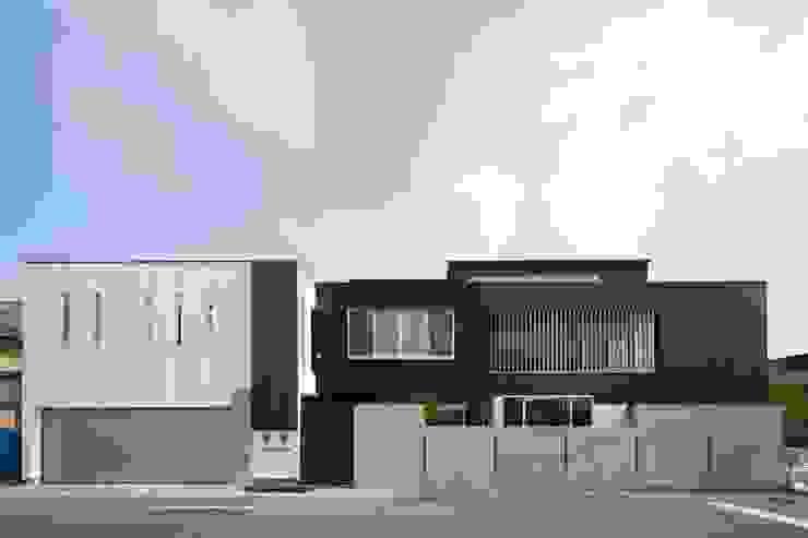 Eklektyczne domy od MITSUTOSHI OKAMOTO ARCHITECT OFFICE 岡本光利一級建築士事務所 Eklektyczny Żelazo/Stal