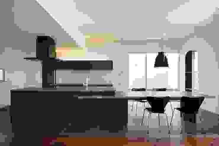 Eklektyczna kuchnia od MITSUTOSHI OKAMOTO ARCHITECT OFFICE 岡本光利一級建築士事務所 Eklektyczny Beton