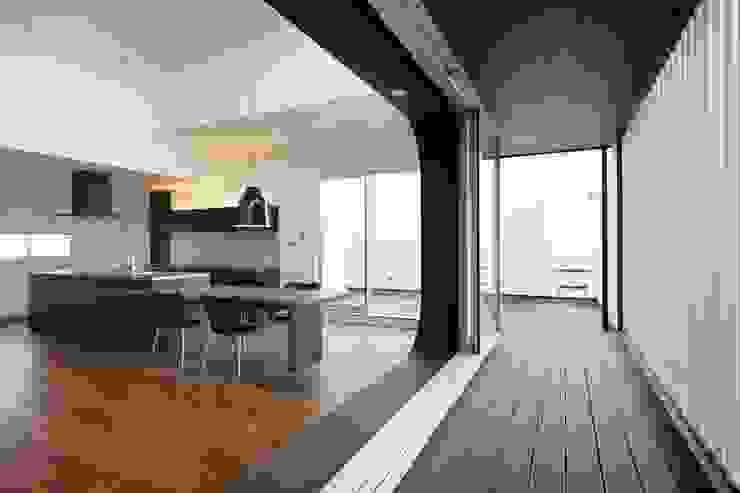VERTICAL HOUSE (縦格子の家) オリジナルデザインの テラス の MITSUTOSHI OKAMOTO ARCHITECT OFFICE 岡本光利一級建築士事務所 オリジナル