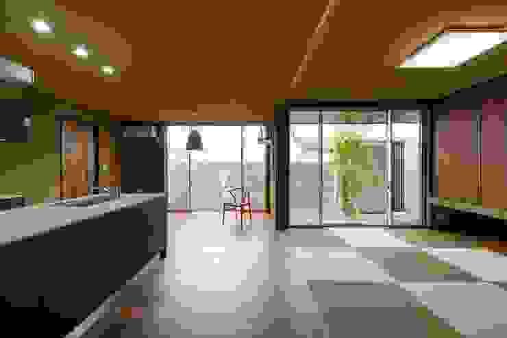 Eklektyczny salon od MITSUTOSHI OKAMOTO ARCHITECT OFFICE 岡本光利一級建築士事務所 Eklektyczny Drewno O efekcie drewna