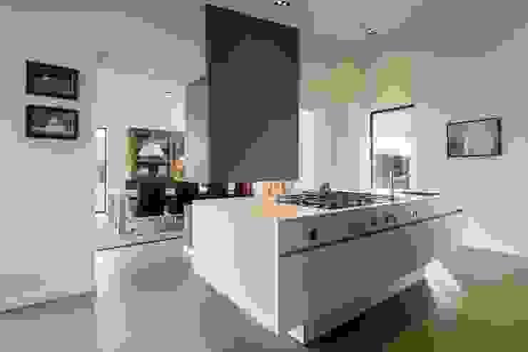 Cozinhas modernas por Van der Schoot Architecten bv BNA Moderno Madeira Acabamento em madeira