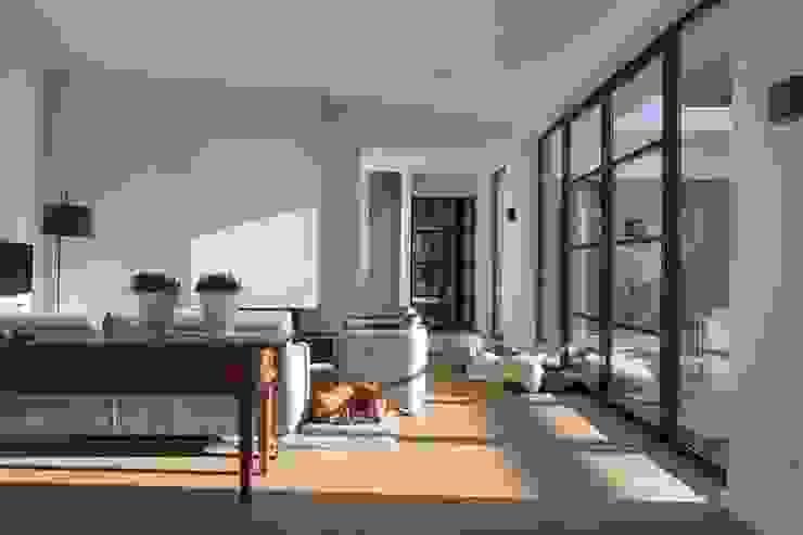 Salas de estar modernas por Van der Schoot Architecten bv BNA Moderno Madeira Acabamento em madeira