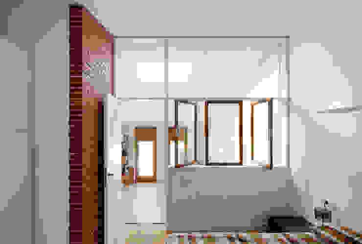 Minimalist bedroom by Vallribera Arquitectes Minimalist