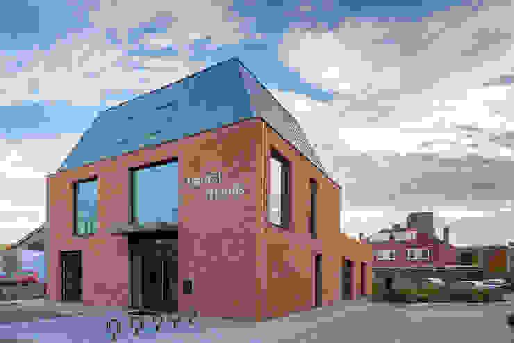Moderne voorgevel Moderne gezondheidscentra van Van der Schoot Architecten bv BNA Modern Steen