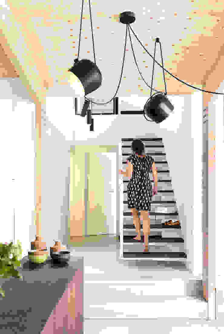 Interieur en tuin doorzonwoning Moderne gangen, hallen & trappenhuizen van studio k interieur en landschapsarchitecten Modern
