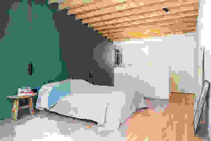 Interieur en tuin doorzonwoning Moderne slaapkamers van studio k interieur en landschapsarchitecten Modern