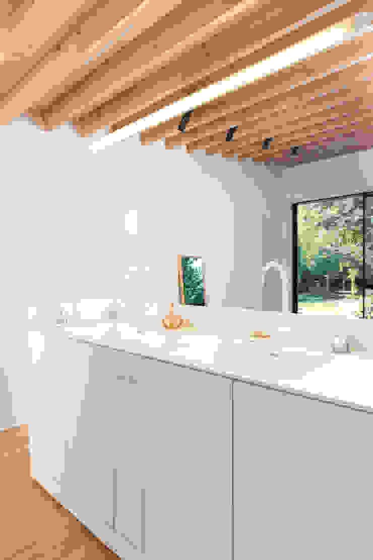 Interieur en tuin doorzonwoning Moderne badkamers van studio k interieur en landschapsarchitecten Modern