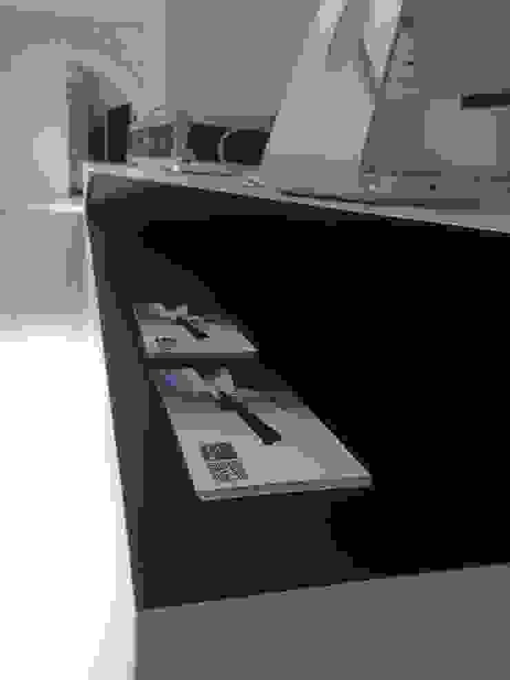 Counter Display de Alessandro Isola Ltd Minimalista