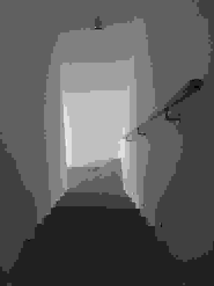 Escadas em Leque Corredores, halls e escadas modernos por QFProjectbuilding, Unipessoal Lda Moderno