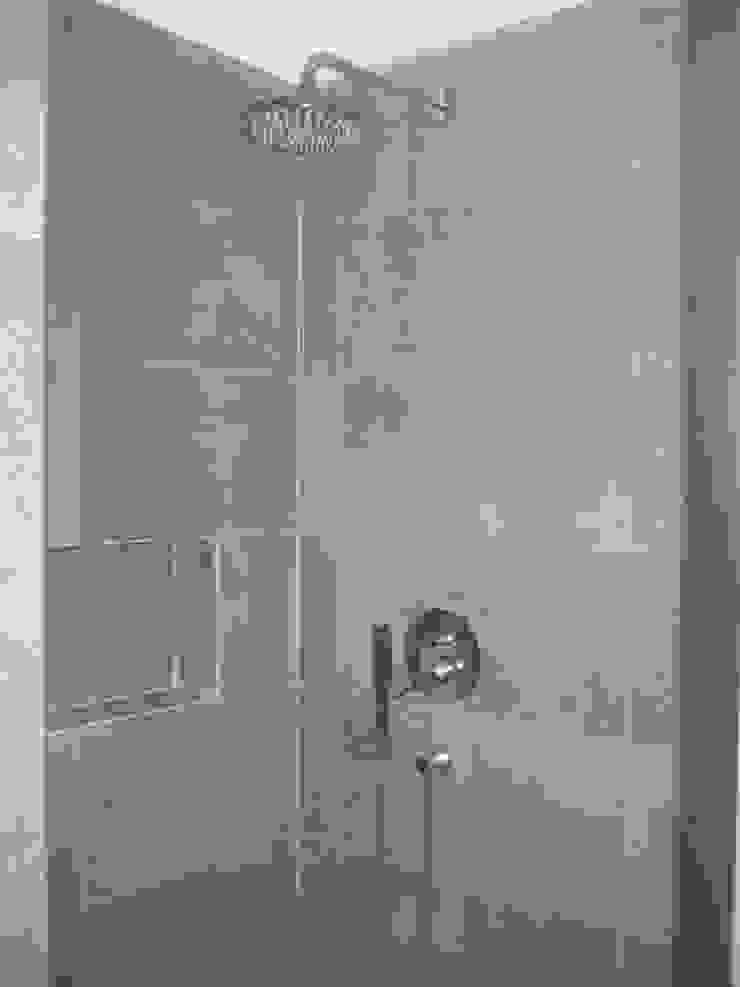 Ванная комната в стиле модерн от QFProjectbuilding, Unipessoal Lda Модерн
