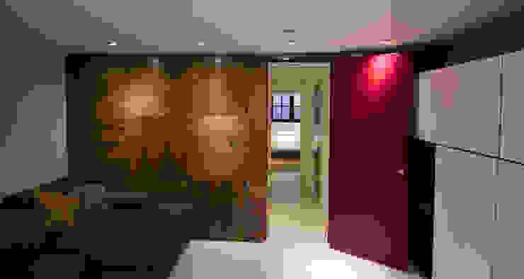 Walnut Panels and deep pink doors Evolution Panels & doors 窗戶 木頭 Pink