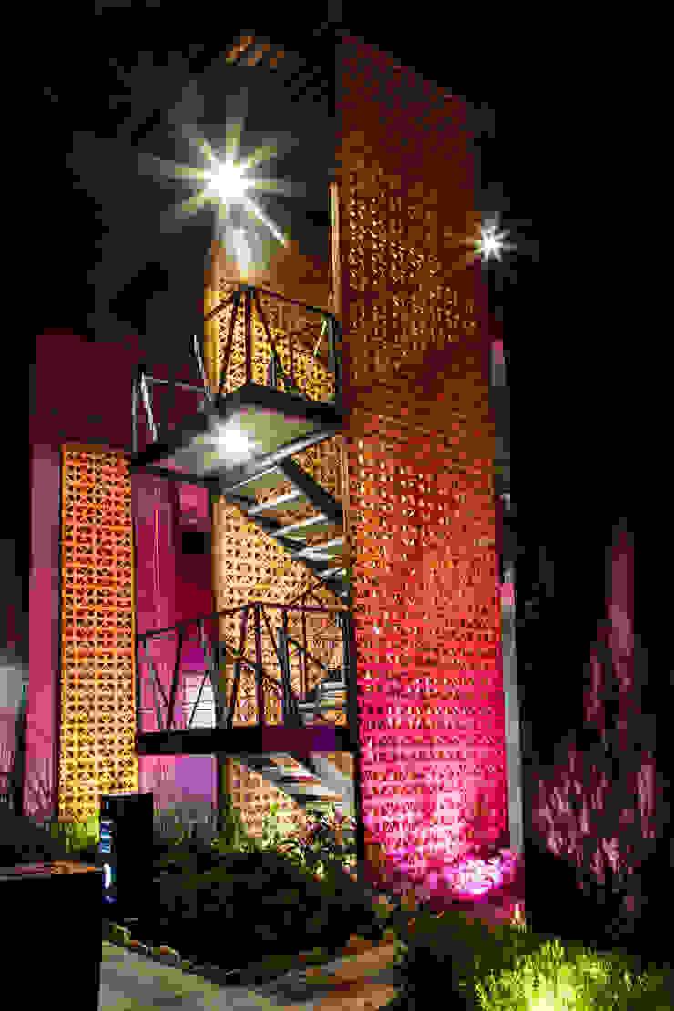 Hotéis modernos por RAVE Arch Moderno