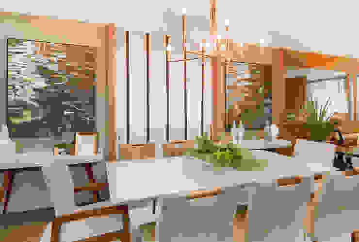 Mesa Laca e Madeirado e Lustre Bronze Salas de jantar modernas por Sgabello Interiores Moderno Cobre/Bronze/Latão