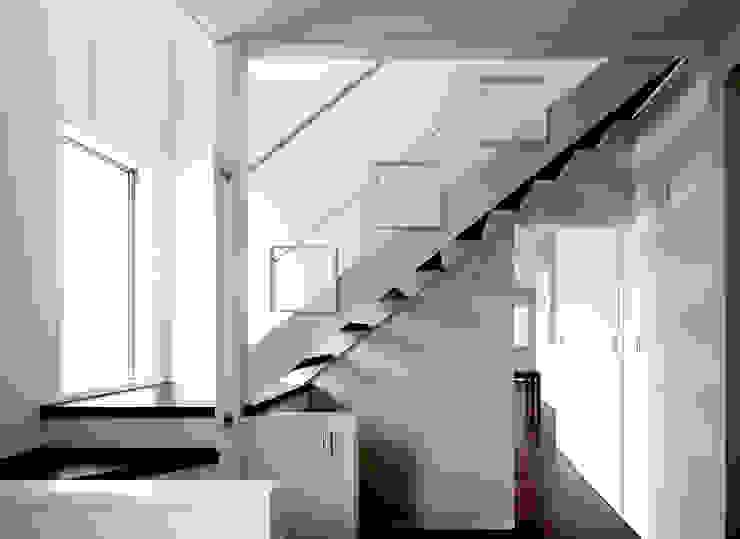 ストリップ階段 シーズ・アーキスタディオ建築設計室 モダンスタイルの 玄関&廊下&階段