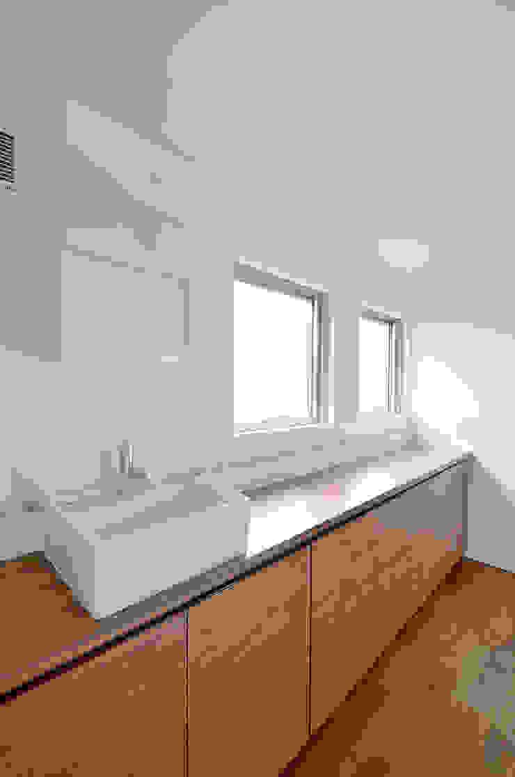 水平フラットな外観でまとめた木造|東久留米の家 シーズ・アーキスタディオ建築設計室 モダンスタイルの お風呂
