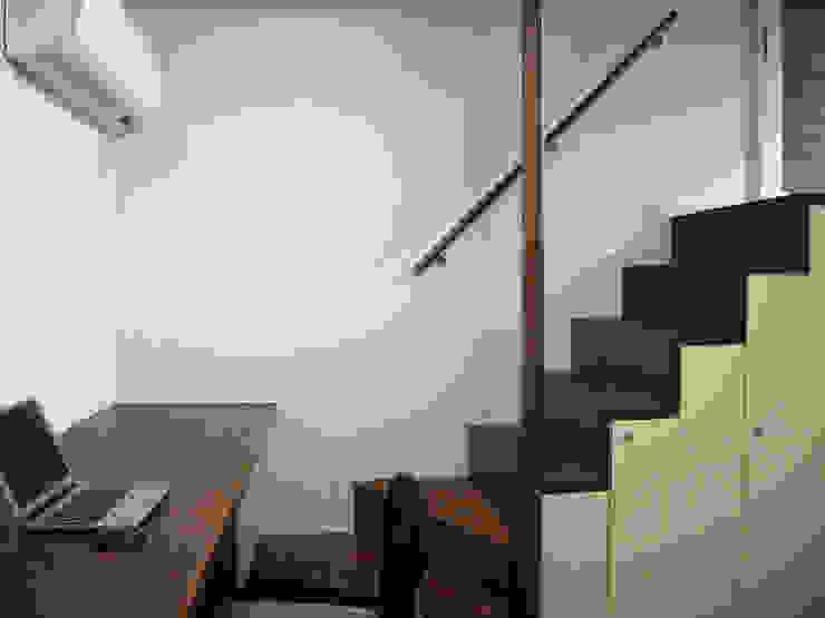 書斎の箱階段: シーズ・アーキスタディオ建築設計室が手掛けた廊下 & 玄関です。,モダン