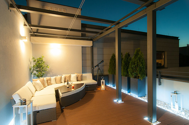 Perfect Space Classic style balcony, porch & terrace