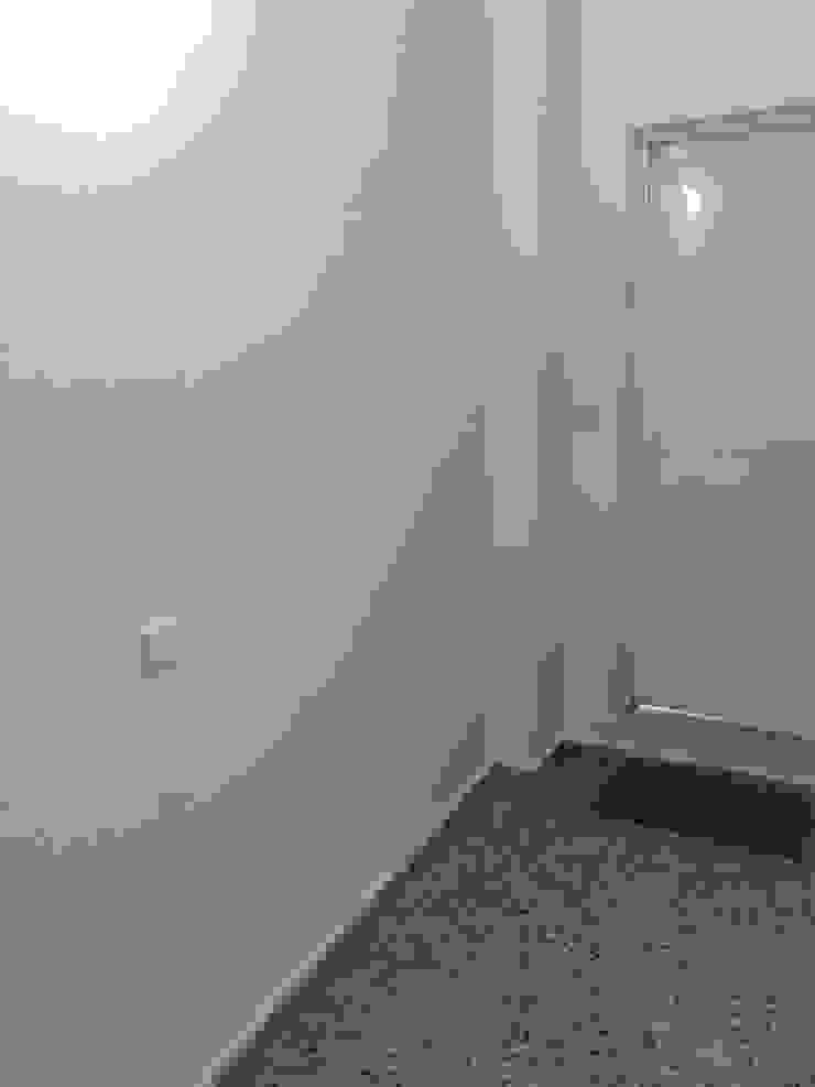 TRABAJOS DE PINTURA DE CAJA DE ESCALERA Pasillos, vestíbulos y escaleras modernos de MC CONSERVACIÓN Y RESTAURACIÓN, S.L. Moderno
