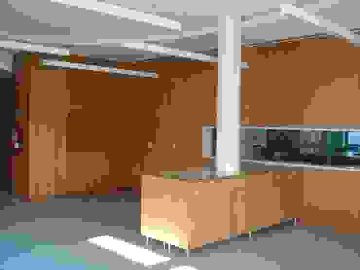"Edifício ""AAJUDE – Associação de Apoio à Juventude Deficiente"" Moderne winkelruimten van architektengroep roderveld Modern"