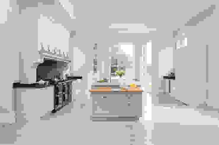 Klassische Küchen von Lewis Alderson Klassisch Massivholz Mehrfarbig